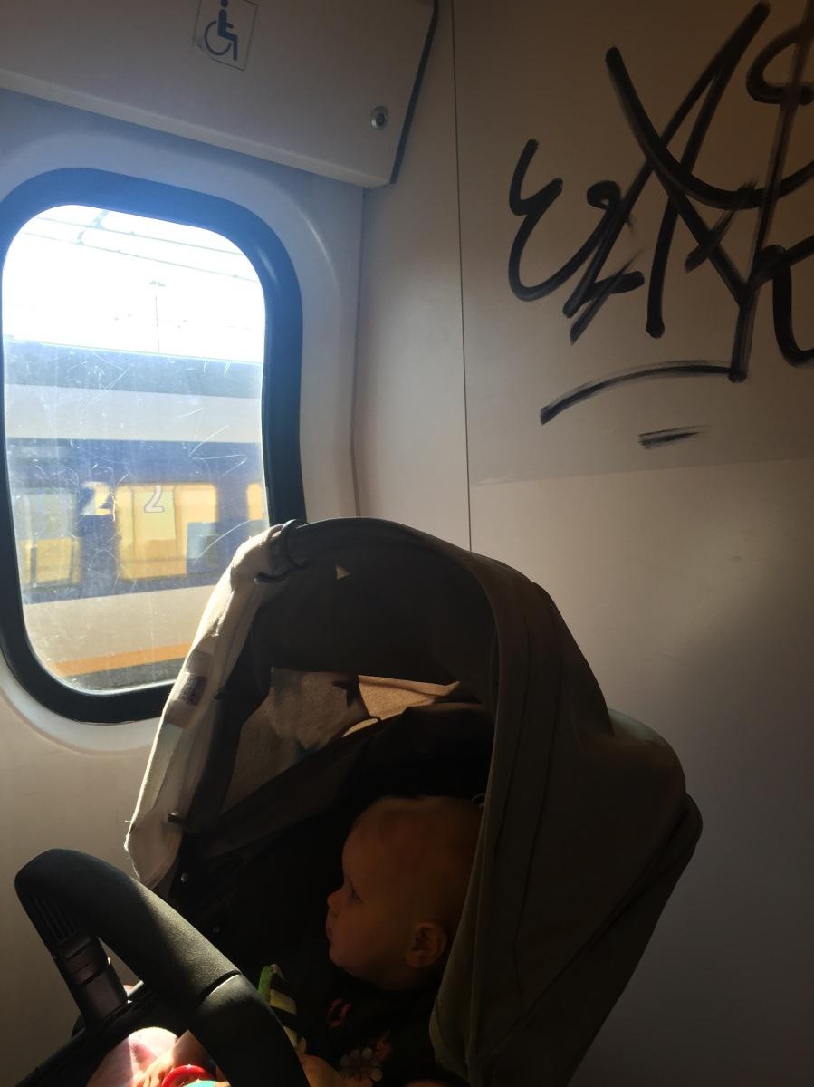 Junailu Hollannissa vauvan kanssa